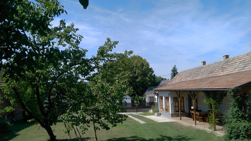 Lovely cottage close to Lake Balaton, holiday rental in Polany
