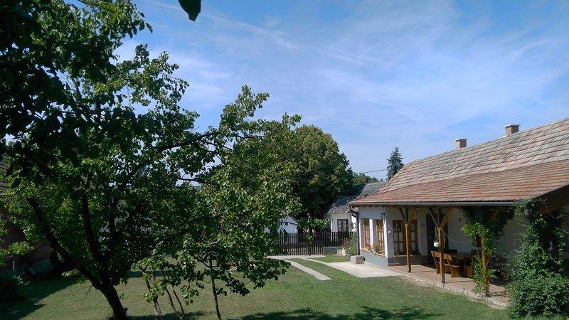 Lovely cottage close to Lake Balaton, holiday rental in Igal