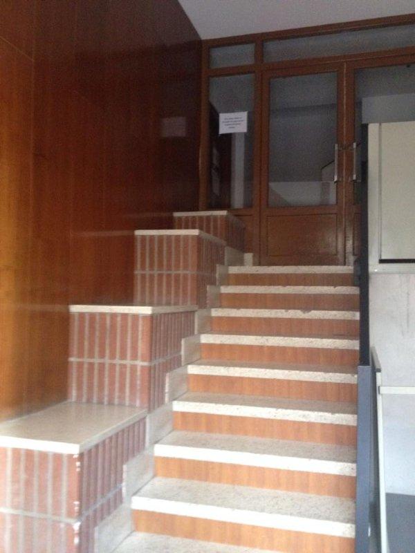 Le portail de l'immeuble dispose d'un ascenseur pour les personnes âgées ou à mobilité réduite.