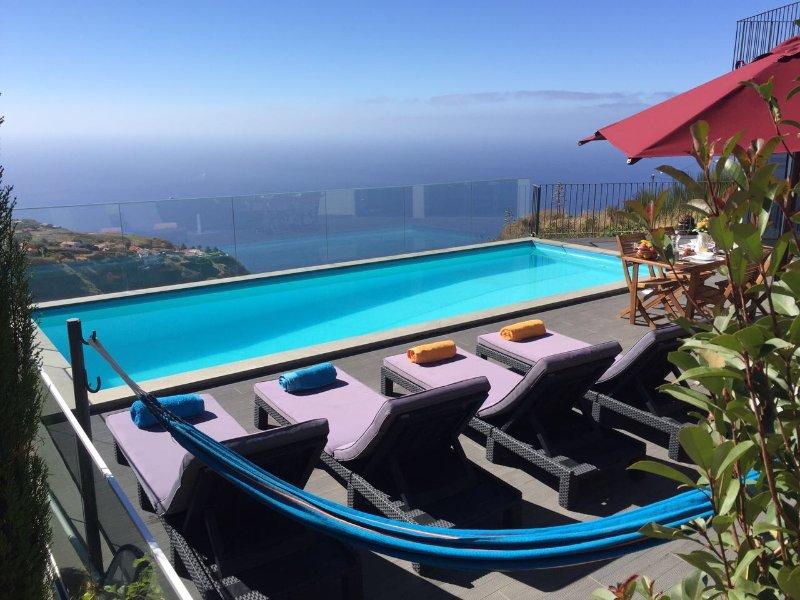 Falaises, océan et piscine