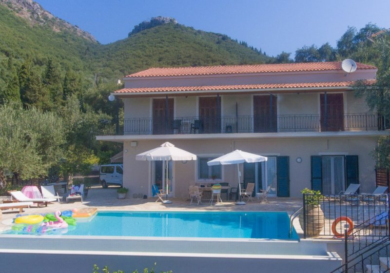 Privater Infinity-Pool mit Terrasse