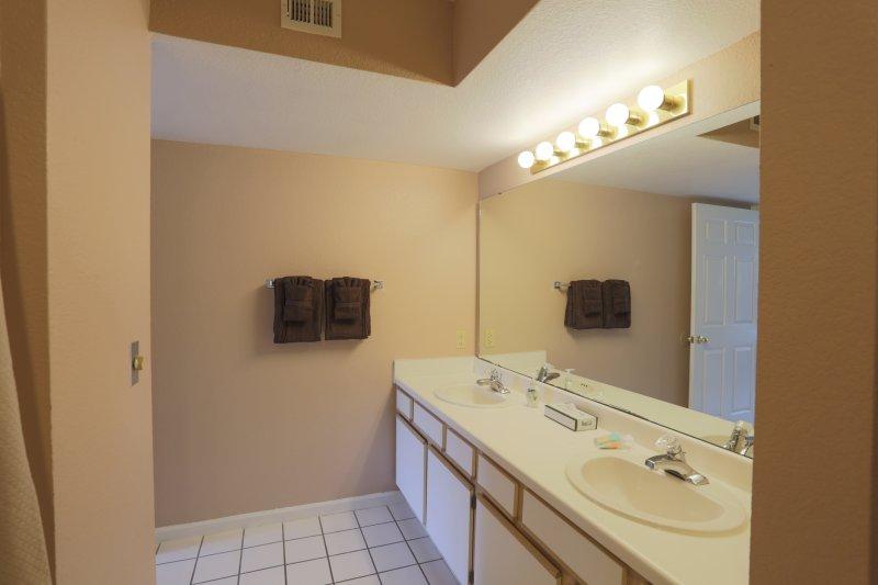 Sink,Indoors,Room,Kitchen,Dining Room