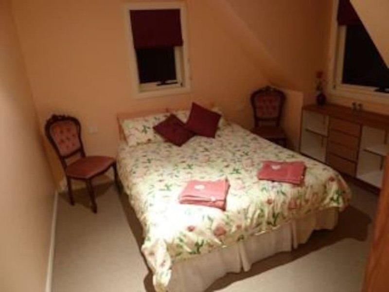 Chambre B5 est une avec salle pour une troisième avec un lit queen double et 2 lits simples, chambre familiale salle de bains.