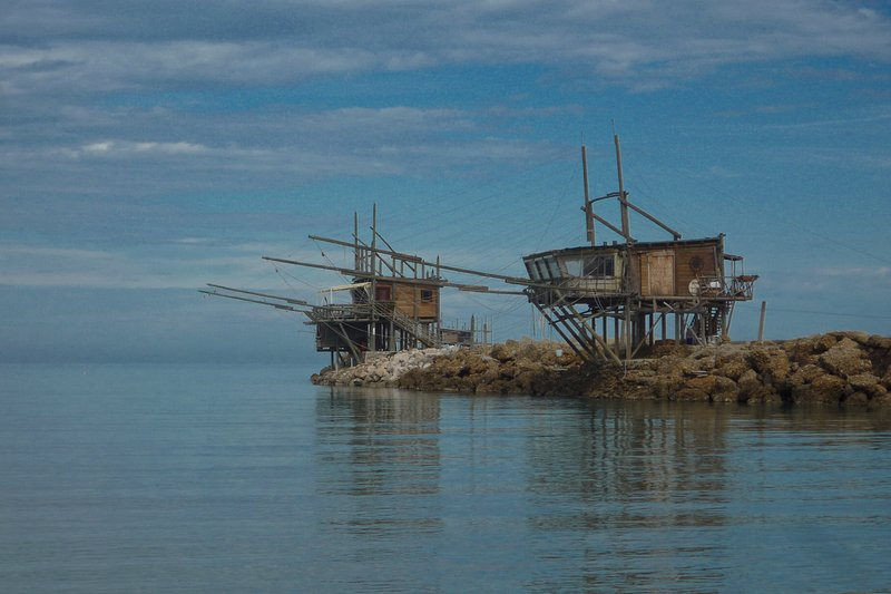 Traditionele visserij platforms lijn onze gedeelte van de Adriatische kust