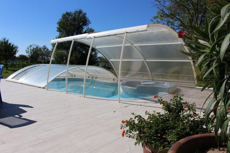 Superbe Gîte de 170 m2 classé 4 étoiles avec piscine chauffée et jaccuzy, holiday rental in Civrac-De-Blaye