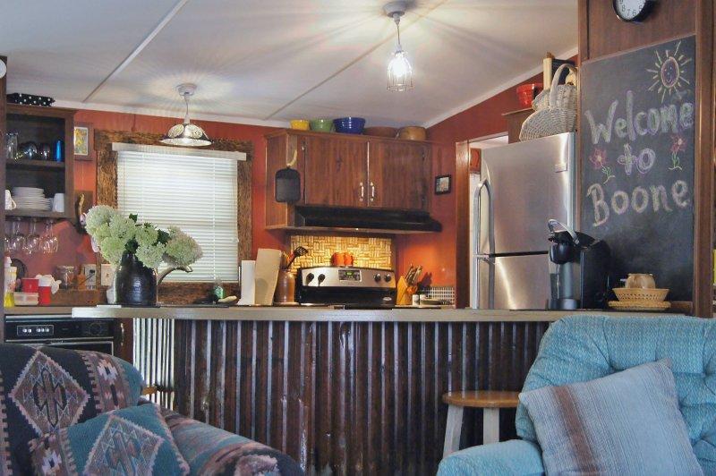 Mirando hacia la cocina con comodidades tales como soporte para vasos de vino, azulejos de corcho, y sí, un lavabo ...