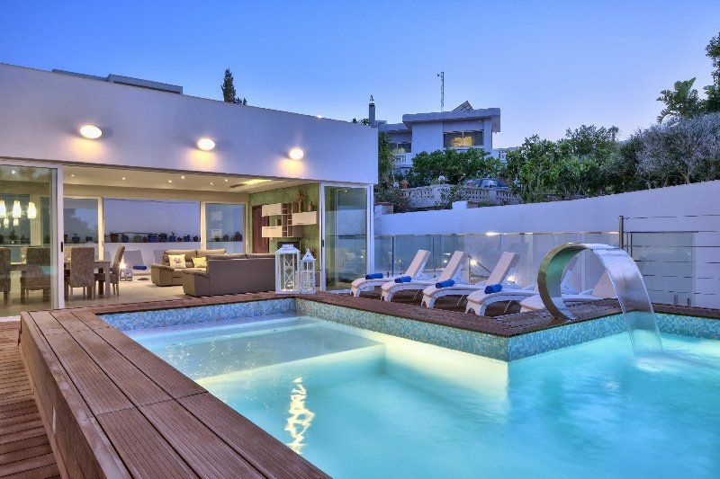 Amazing Family 4-bedroom 4-bathroom Villa with indoor and outdoor Pool, vacation rental in Mellieha