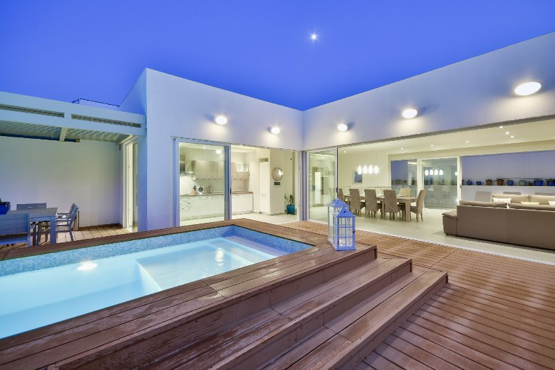 Amazing Family Villa - 4-bedroom Villa with indoor and outdoor Pools, vacation rental in Mellieha