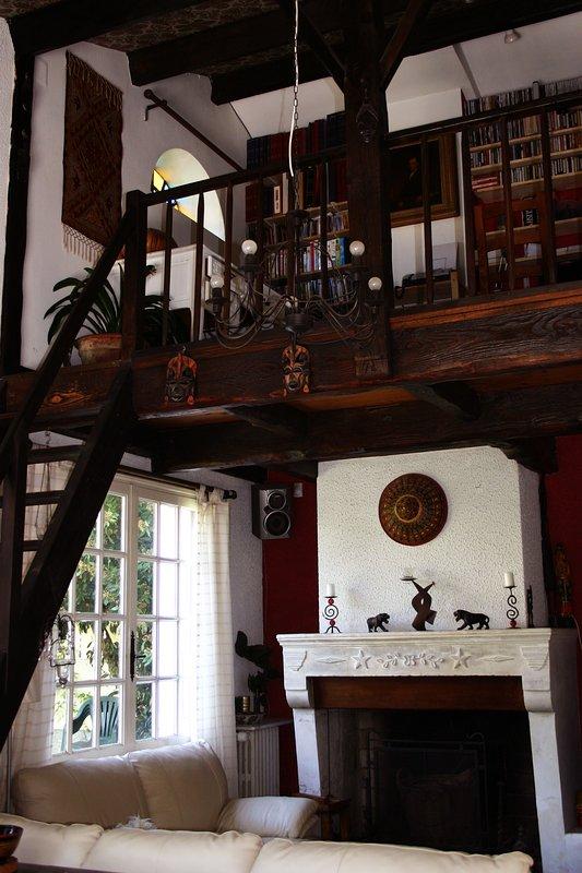 A área do salão de estar e lareira (no momento da escrita apenas para decoração).