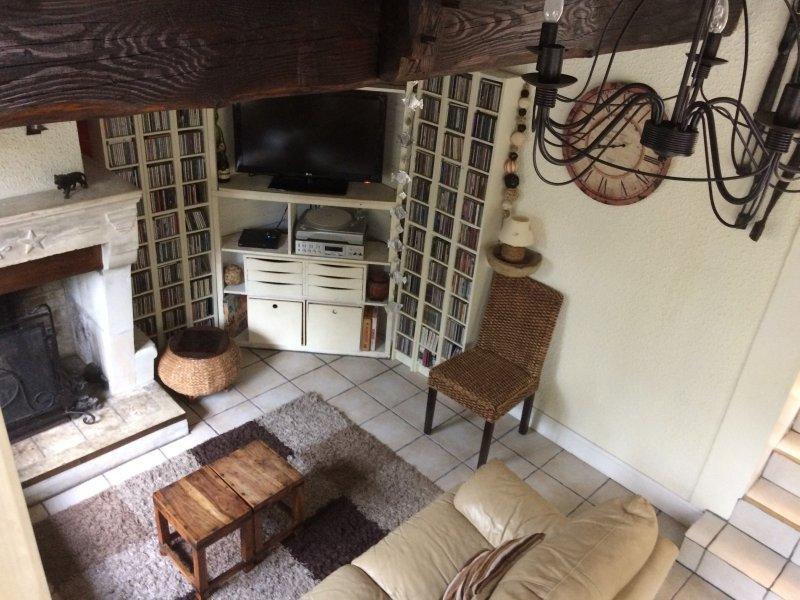 A área do salão de estar e lareira (no momento da escrita apenas para decoração). Tomado de mezzan