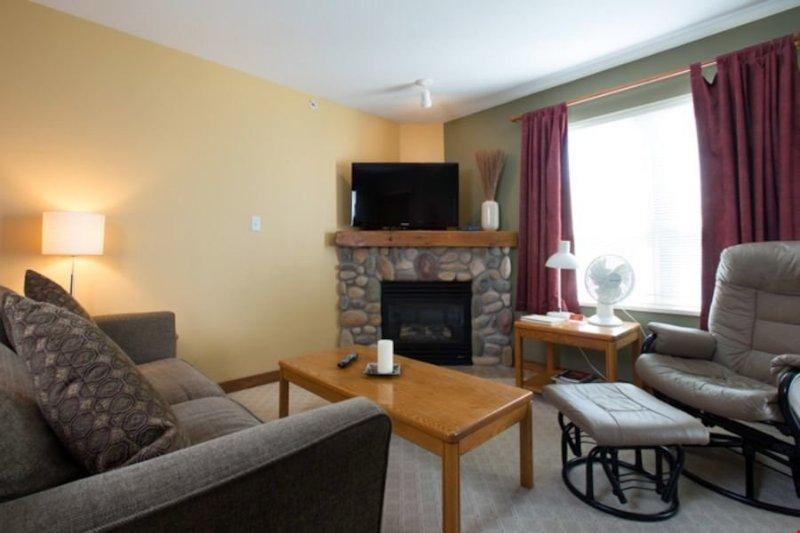 Relajarse y descansar en el cómodo sofá en el salón espacioso.