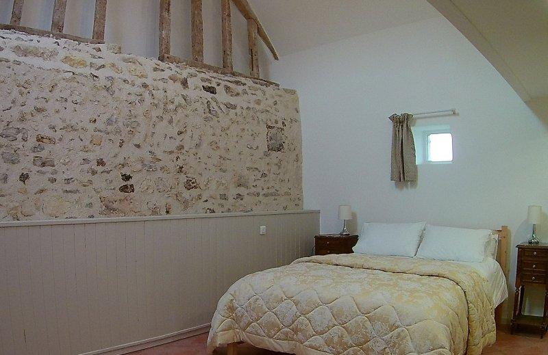 2 dormitorios, con cuarto de baño grande con baño y WC separado.