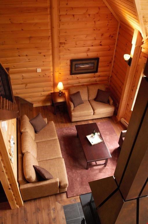 Lehnen Sie sich zurück und entspannen Sie sich im geräumigen Wohnzimmer mit dem wunderschönen Kamin-Mittelstück.