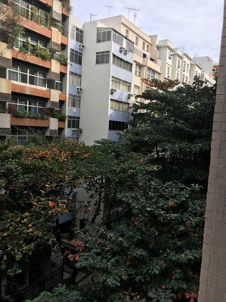 Bâtiment dans le quartier verdoyant et de la rue en toute sécurité
