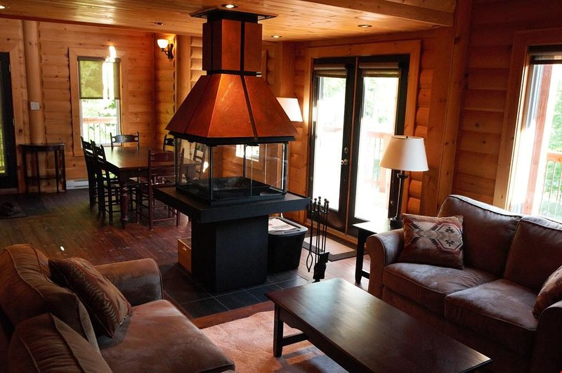 Relájese y relájese en la amplia sala de estar y disfrute de la chimenea central durante los meses más fríos.