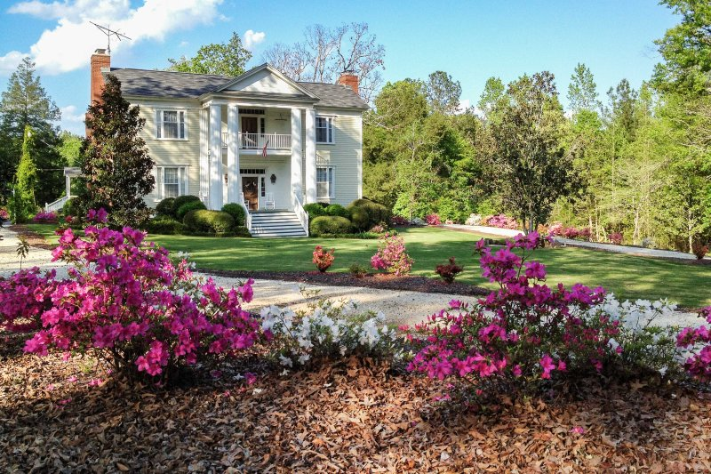 1840s Historic LaFayette Retreat w/ Guest House!, holiday rental in Opelika