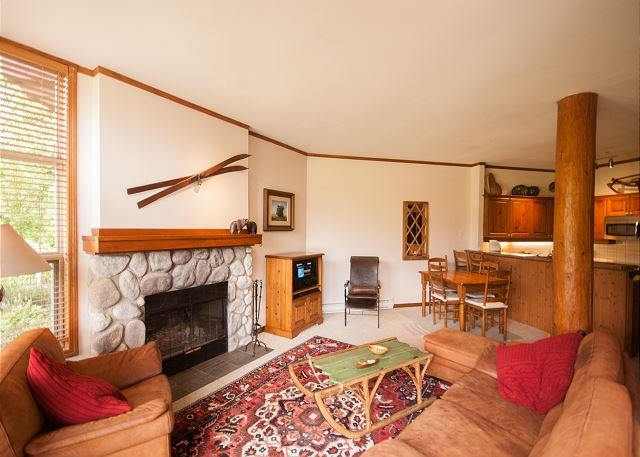 Golf Course Views, Quiet Location, Upgraded, Hot Tub, Free Parking & WiFi, holiday rental in Whistler