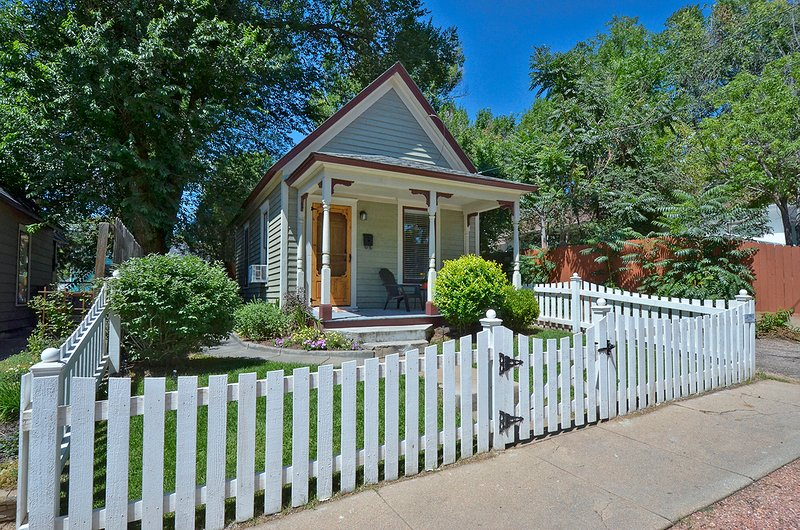 Downtown Charming Mini-Victorian w/ Garage, vacation rental in Colorado Springs