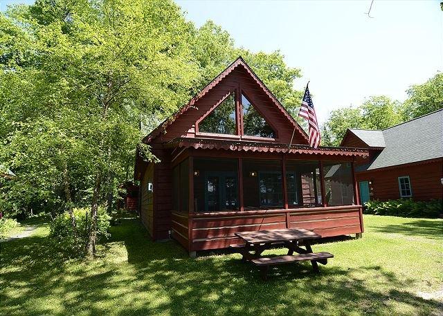 3 BEDROOMS • 2 BATHROOM • SLEEPS 8, alquiler de vacaciones en Ojibwa