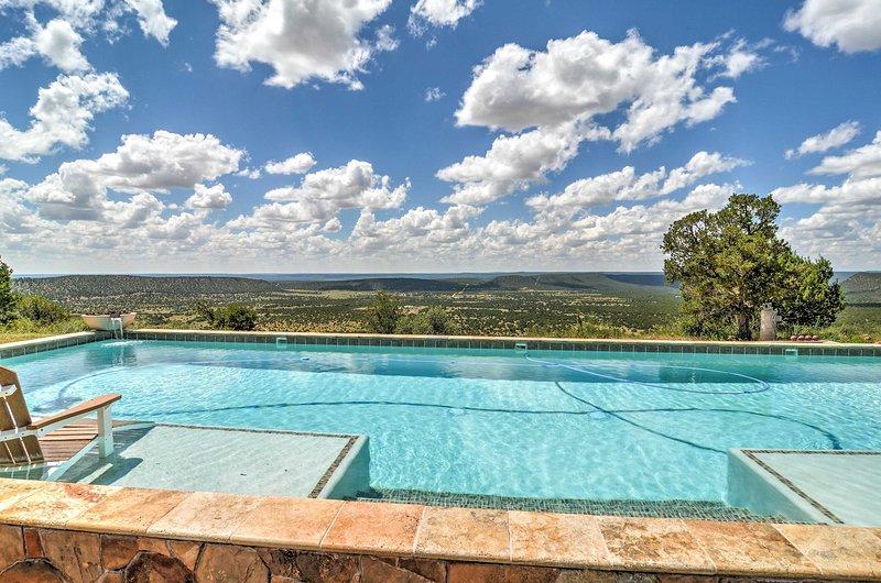 Situada a 7.000 pés de altura, a propriedade oferece comodidades luxuosas no exterior.