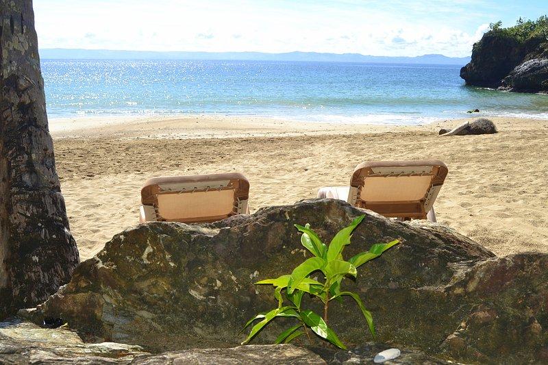 Praia privada com chuveiros e espreguiçadeiras