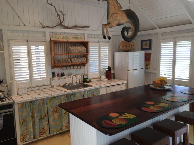 cocina totalmente equipada con un montón de platos, lavavajillas, refrigerador de tamaño completo, etc.