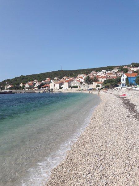 spiaggia principale Unije e vista sul paese.