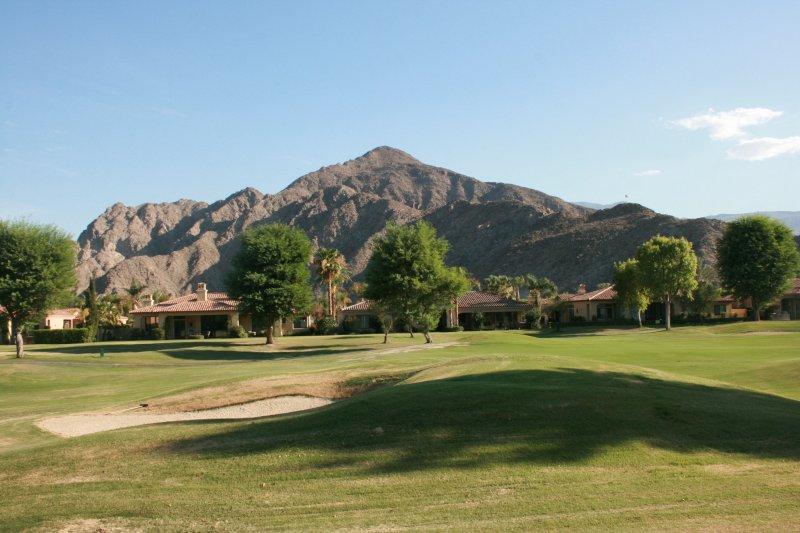 campo de golf y vistas a la montaña
