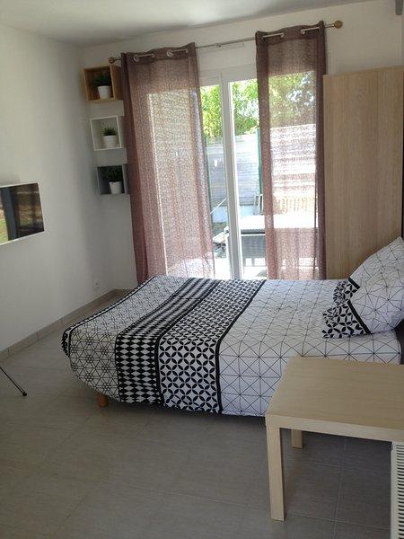 Studio meublé neuf avec terrasse, location de vacances à Landivisiau