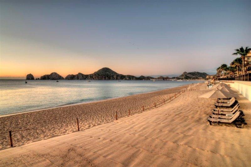 La hermosa playa de arena en la zona del océano donde se puede nadar con increíbles vistas del extremo tierras