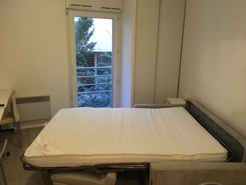 Renovated studio close to the Arena of Nimes, holiday rental in Caissargues
