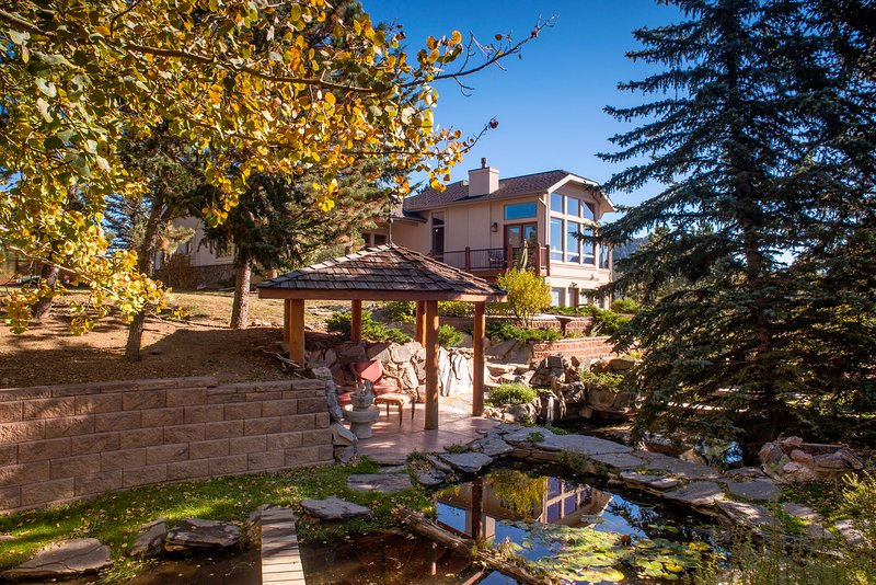 A Welcoming Mountain Home Overlooking Lake Estes! Private-yet, walk to Town/3036, vacation rental in Estes Park
