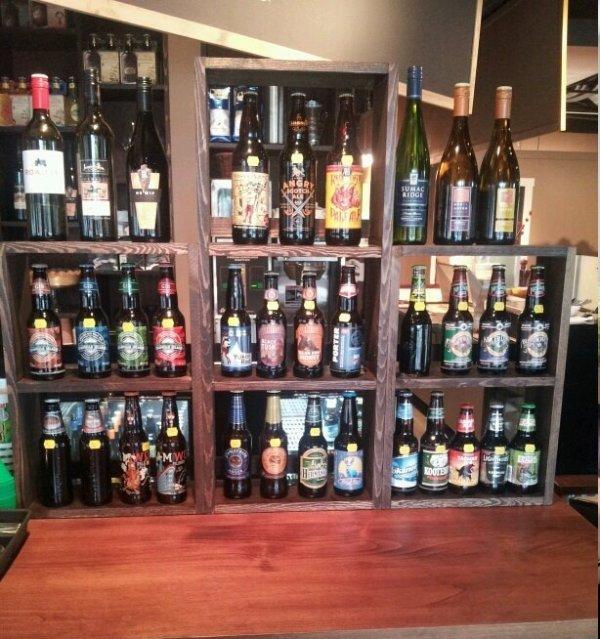 2 doz Craft Beer em MileOne Eating House sob Pemberton Gateway Village Suites Hotel
