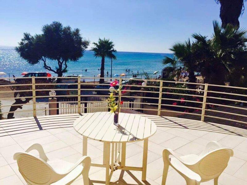 Muy amplia terraza con vistas directamente en la playa / mar.