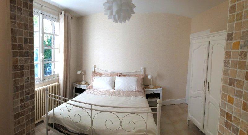 O quarto duplo com casa de banho privativa.