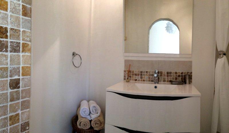 O quarto duplo com casa de banho privativa: a própria casa de banho.