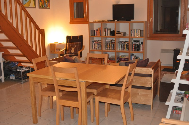 Enorme sala de plano aberto e sala de jantar