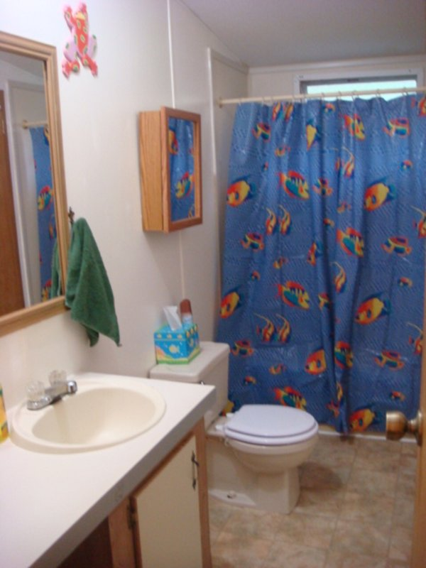 Baño principal con acceso desde finales de cocina y también a través de 2 dormitorio con dos camas. Ni el comandante de la habitación doble.