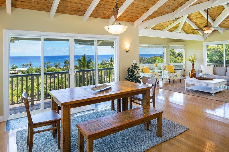 Sala de jantar e sala de estar com vista para o mar - nível superior