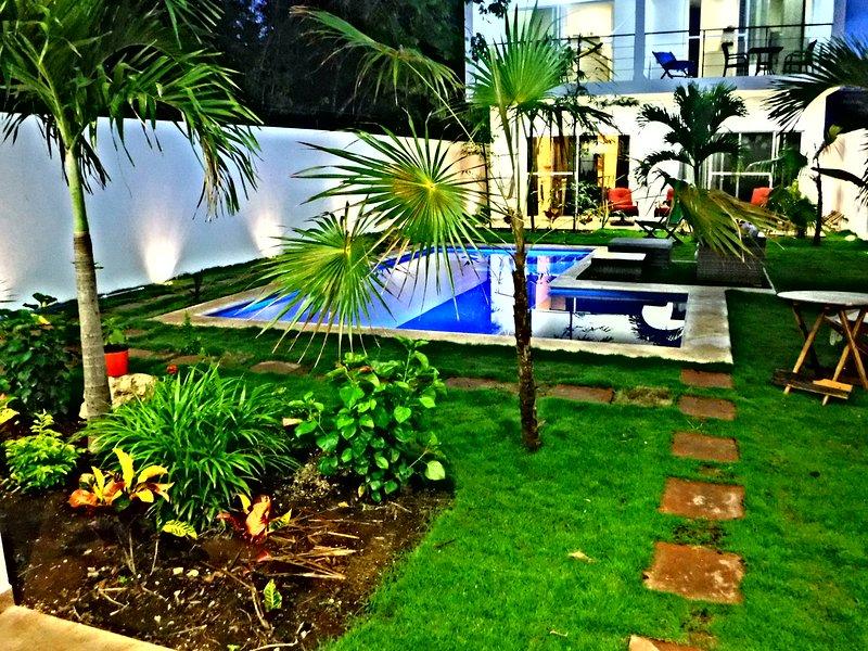 Jardin et piscine commune pour nos appartements.