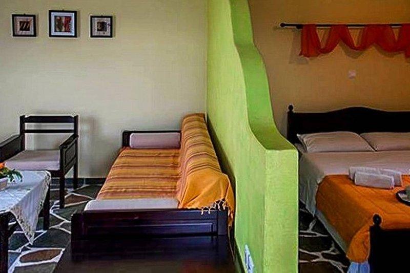 Wohnzimmer und Schlafbereich.