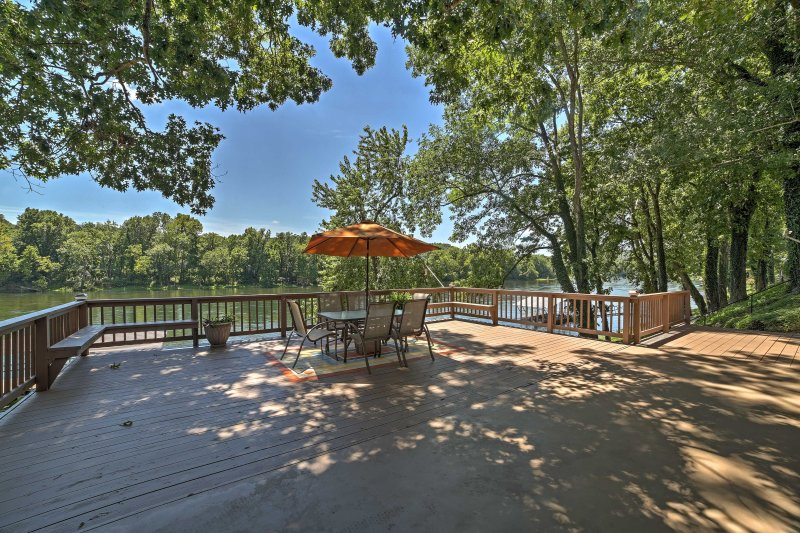 Riverfront Cotter House w/Spacious Deck & Hot Tub!, casa vacanza a Bull Shoals