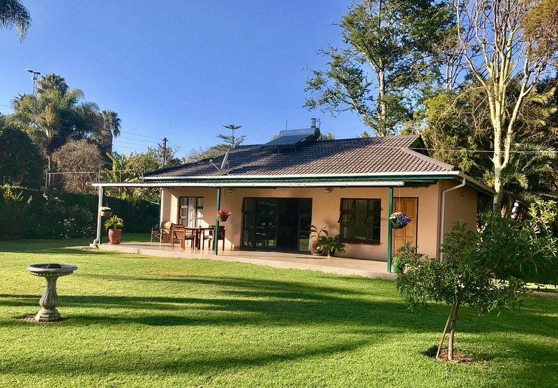 Palm Cottage. Delightful 2 bed cottage set in beautiful secluded surroundings, vacation rental in Zimbabwe