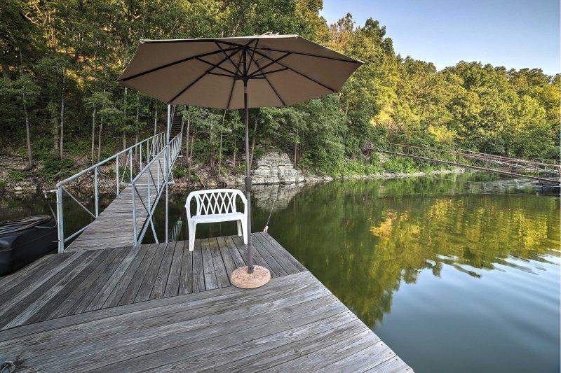 Das Haus befindet sich nur wenige Schritte vom Grand Lake mit einfachem Zugang zu einem Dock.