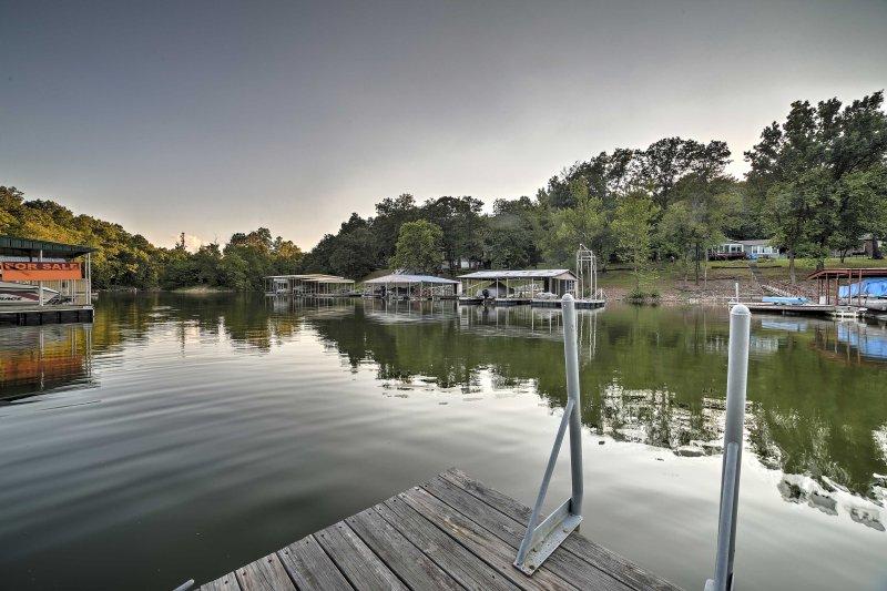 Dieses Dock ist ideal zum Schwimmen und beobachten Boote Kreuzfahrt durch.