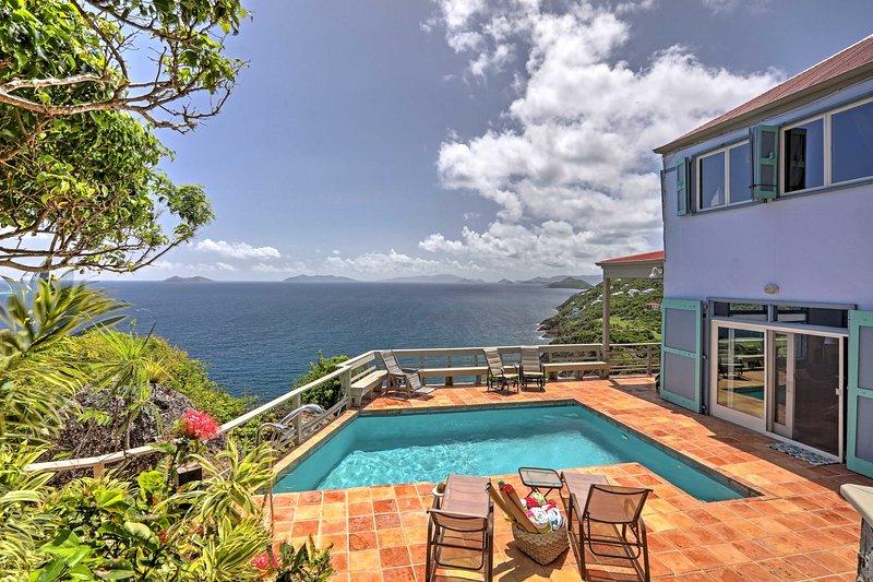 Passe tardes quentes captura raios à beira da piscina privada que tem vista sobre o mar neste 3 quartos, 3,5 banho férias casa aluguer em St. Thomas!