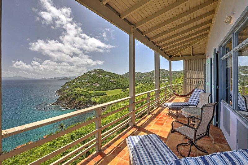 Desfrutar de vistas fantásticas sobre o oceano ea paisagem exuberante da varanda.