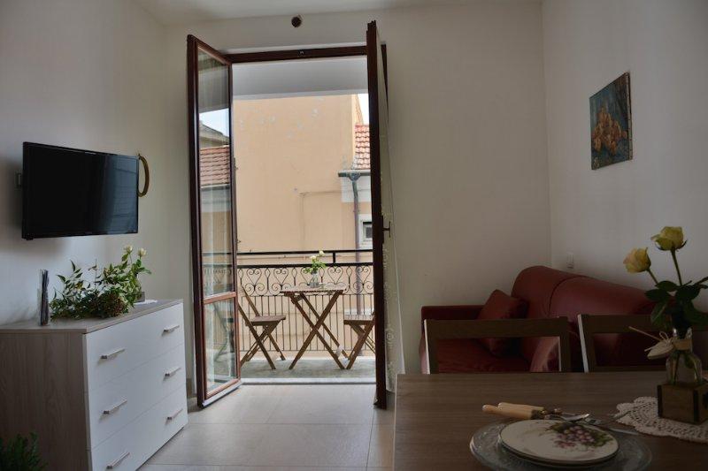 Bilocale a 30mt dal mare con terrazzo – 3B, vacation rental in Borghetto Santo Spirito