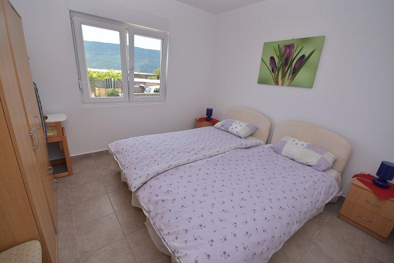 um quarto no Lower Apartment. As camas de solteiro que podem ser unidas para fazer uma dupla.