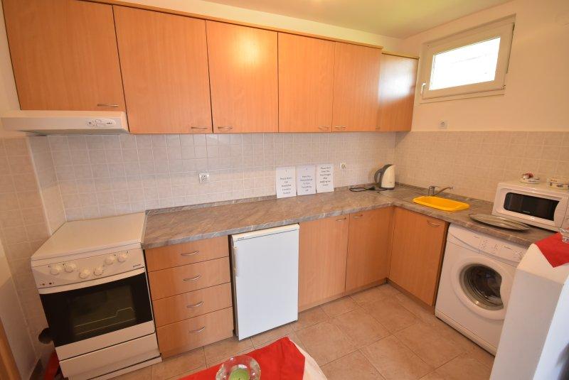 Totalmente Equipada Lower Apartment Kitchen com máquina de lavar.